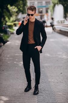 Model młody człowiek za pomocą telefonu