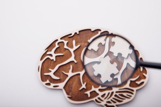 Model mózgu z drewnianymi łamigłówkami. zdrowie psychiczne i problemy z koncepcją pamięci.