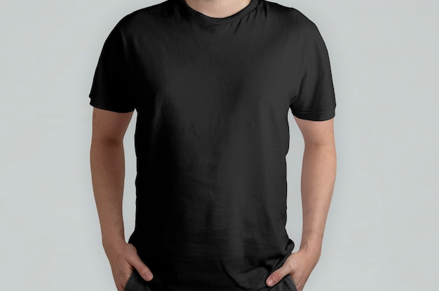 Model na białym tle czarnej koszulki, widok z przodu