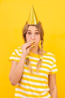 Model o średnim ujęciu z imprezowym kapeluszem