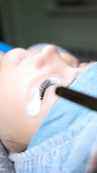 Model oparty na procedurze przedłużania rzęs z w pełni wykonaną pracą na jednym oku