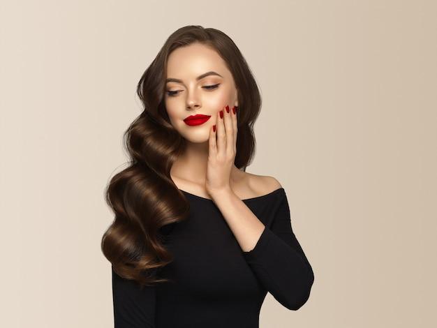 Model piękna dziewczyna z fryzury idealny makijaż. beżowe tło.