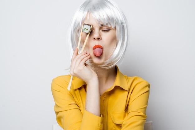Model piękna kobieta jedzenie rolek sushi