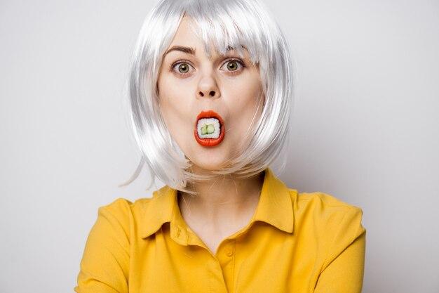 Model piękna kobieta jedzenie sushi i bułki