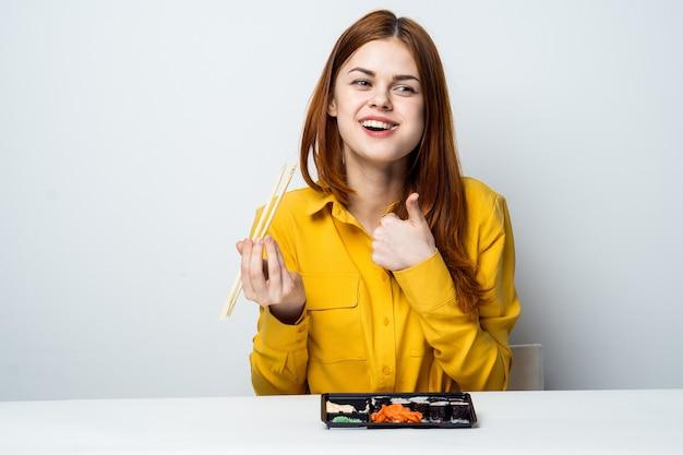 Model piękna kobieta jedzenie sushi