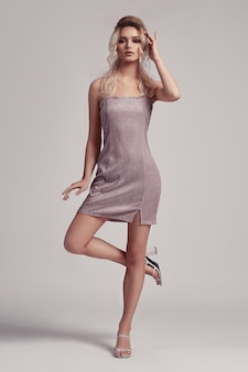 Model piękna seksowna dziewczyna pozuje w sukience w studio