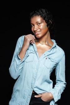Model piękna w koszuli w studio.