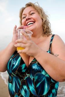 Model plus size pijący sok pomarańczowy