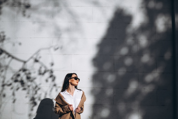 Model pozuje na ulicy