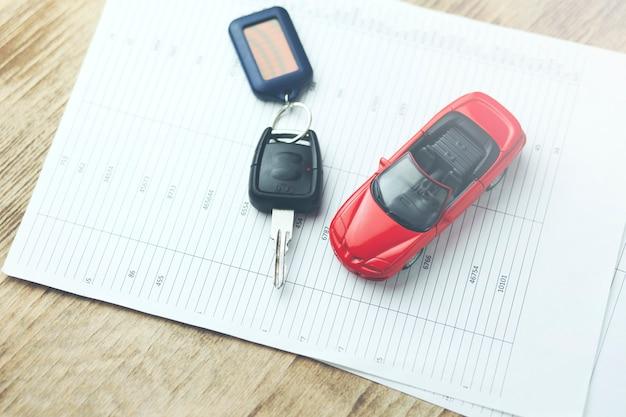 Model samochodu i klucz automatyczny na dokumentach