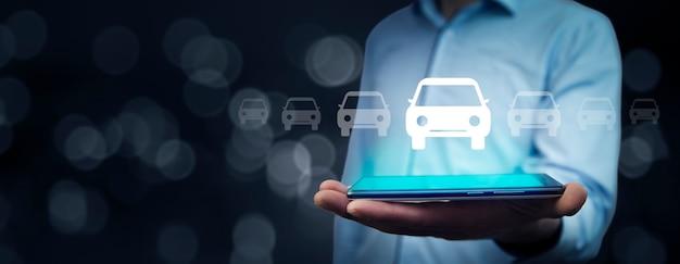 Model samochodu ręka mężczyzny z tabletem na ekranie