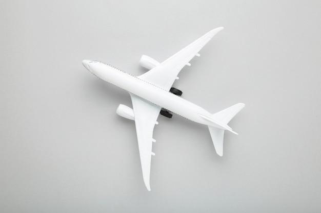 Model samolotu biały na szarym tle. koncepcja podróży