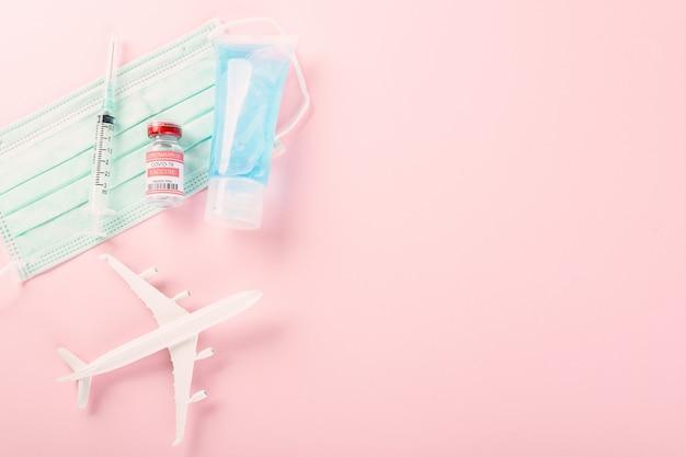 Model samolotu butelki na fiolki ze szczepionką koronawirusową covid19 do szczepienia i maski medycznej