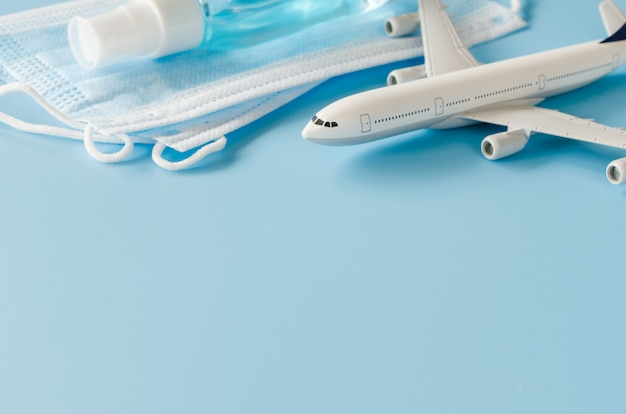Model samolotu, maski na twarz i środek dezynfekujący