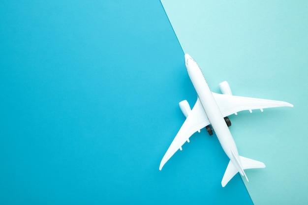 Model samolotu na ścianie w kolorze niebieskim pastelowym. koncepcja podróży