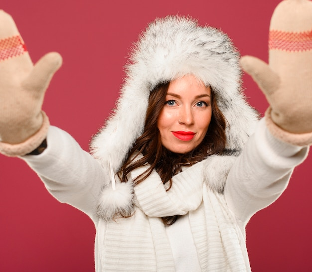 Model świąteczny z rękami do góry