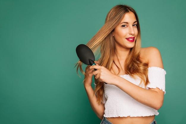 Model szczotkowanie jej włosów i stwarzających
