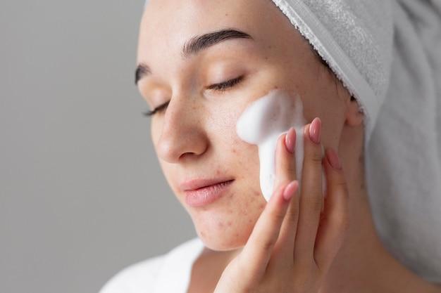 Model używaj produktów do pielęgnacji skóry