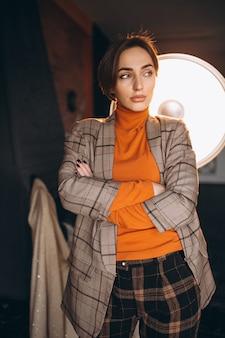 Model w kostiumu pozuje w studiu