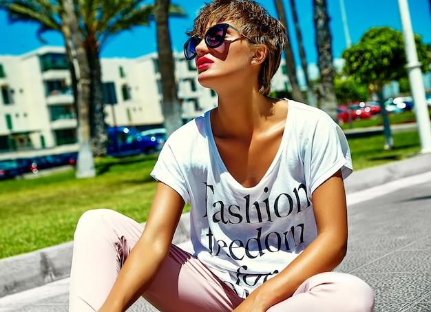Model w lecie hipster jasne kolorowe ubranie pozowanie na ulicy
