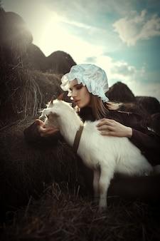 Model w stylu amiszów pozuje ze zwierzętami