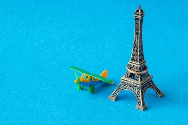 Model wieży eifel z zabawkowym samolotem.