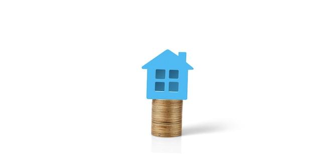 Model wolnostojącego miniaturowego domu makiety na monetach. koncepcja inwestycji w nieruchomości