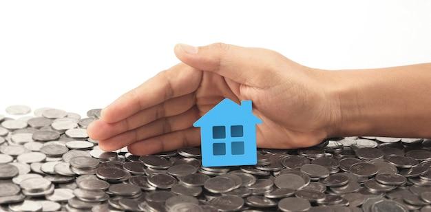 Model wolnostojącego miniaturowego domu makiety w ręku. koncepcja inwestycji w nieruchomości