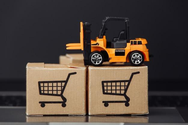 Model wózka widłowego na pudełkach kartonowych na zbliżeniu klawiatury