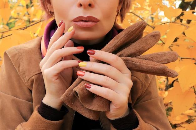 Model z dodatkami i wielokolorowym manicure jesienią