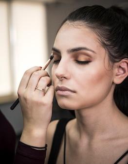Model z efektownym makijażem
