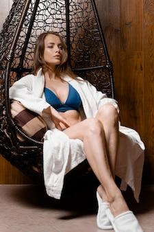 Model z idealną twarzą w szlafroku w spa. piękno portret młodej kobiety. pielęgnacja skóry i ciała.