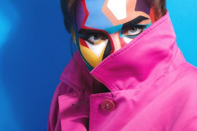 Model z kreatywnym makijażem pop-artu na twarzy