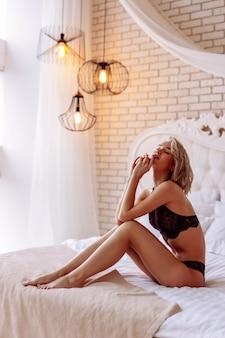 Model z krótkimi włosami czuje radość podczas pozowania do okładki magazynu
