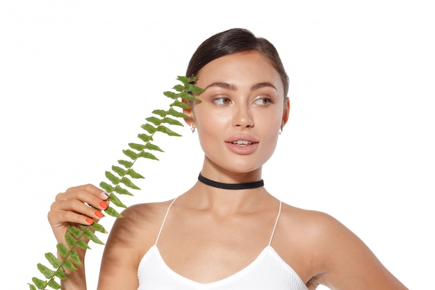 Model z naturalnym uzupełniał i zielony liść odizolowywający na bielu. spa i wellness.
