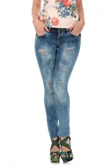 Model z niebieskimi dżinsami