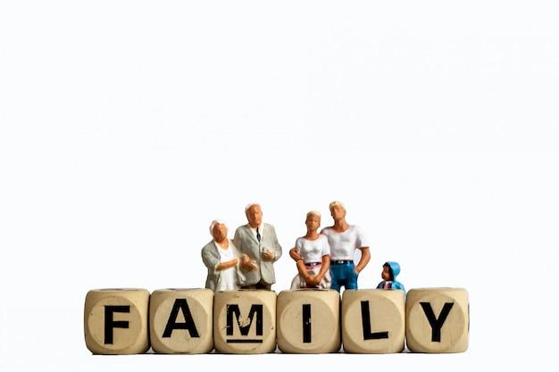 Model zabawka stary człowiek, mężczyzna kobieta i dziewczyna są rodziną, izolować postać rodziny do stosowania u ludzi