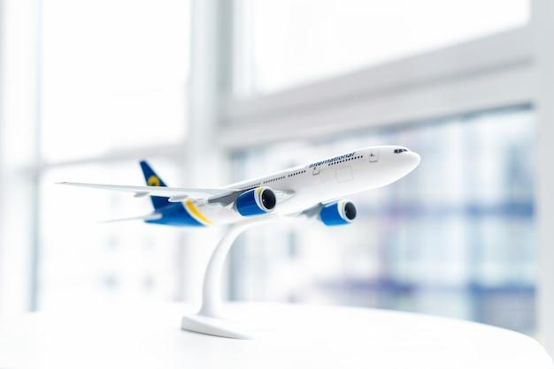 Model zbliżenia samolotu pasażerskiego na stole. koncepcja podróży lotniczych