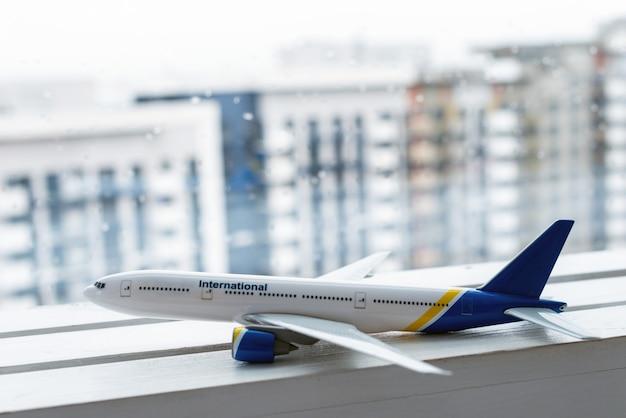 Model zbliżenia samolotu pasażerskiego obok okna