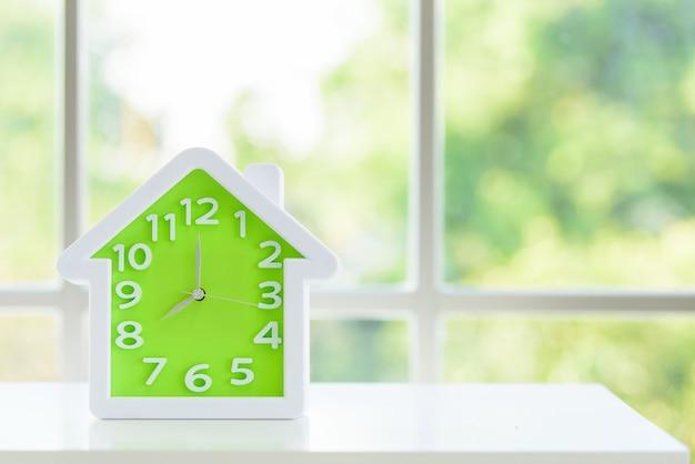 Model zegara z godziną 8 rano i oknem rano.