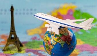Modele samolotów i globusy na mapie. Koncepcja podróży (elementy tego obrazu dostarczone b