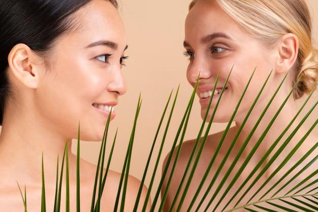 Modele z bliska z liśćmi patrząc na siebie