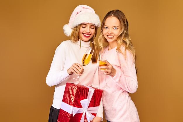 Modele z dużym pudełkiem do picia szampana w kieliszkach z okazji nowego roku