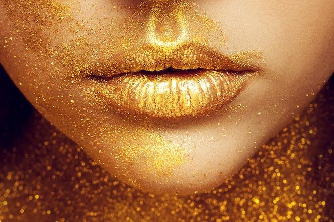 Modelka dziewczyna ze złotym makijażem