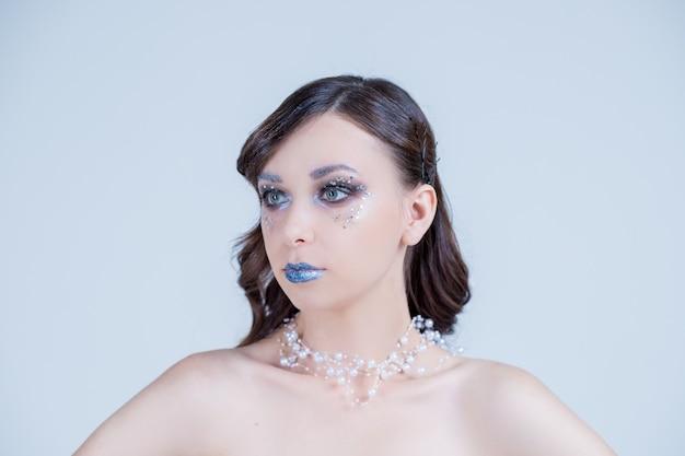 Modelka glamour z falową fryzurą w stylu retro, seksowna modelka ze stylową fryzurą, długie nogi, idealna skóra, noszący błyszczący naszyjnik. kreatywne jasne zadymione oczy i niebieskie usta
