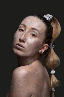 Modelka kobieta w srebrnych jasnych błyskach