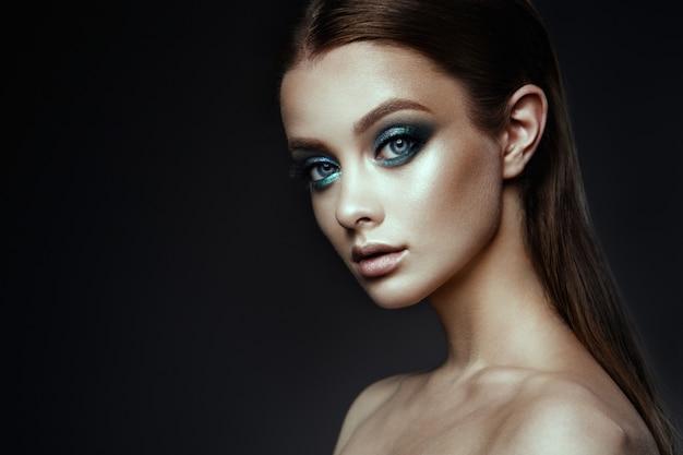 Modelka kobieta z fantasy makijaż. długie, brązowe włosy.