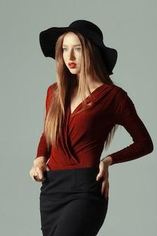 Modelka mody pozowanie w kapeluszu