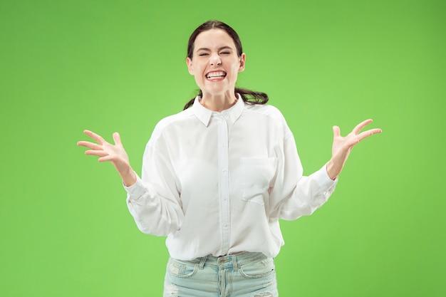 Modelka na białym tle na zielonej ścianie