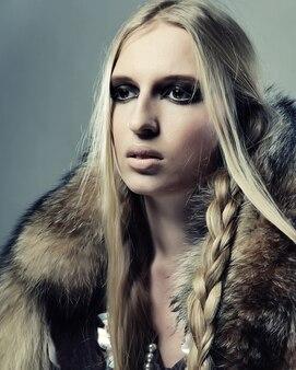 Modelka pozowanie w studio. seksowny blond